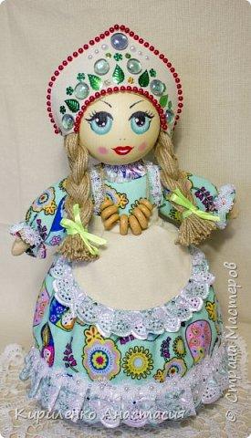 Добрый день! Кукла грелка на самовар. Высота куколки 45 см, юбочка съемная, чтобы можно было постирать , шириной 73 см. Утеплена синтепоном. Фартучек тоже съемный. на завязочках. фото 2