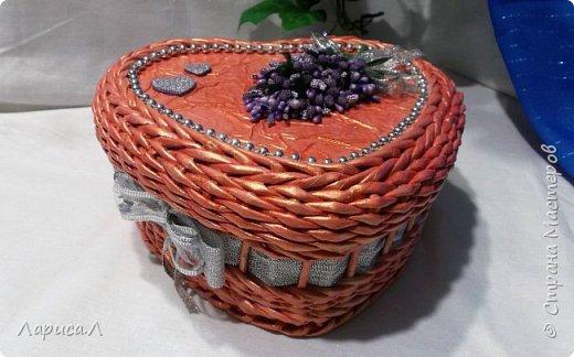 Шкатулка в форме сердца выполнена в технике плетение из бумажной лозы. Размер 20х19см, высота 10см. фото 1