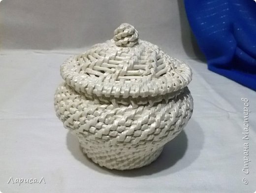 Конфетница из бумажной лозы выполнено в технике плетение из корня, размеры: 8х12х9 см, высота 12 см (без крышки). Цвет белый перламутр. фото 1