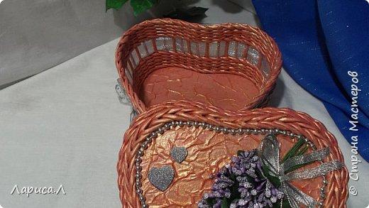 Шкатулка в форме сердца выполнена в технике плетение из бумажной лозы. Размер 20х19см, высота 10см. фото 2