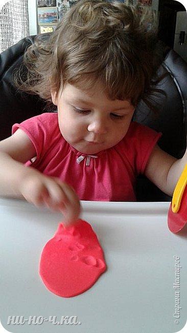 """Здравствуйте, дорогие мастерицы СМ. Сегодня я всетаки выкладываю все то, что мы натворили с малышкой. Ей уже 1 год и 4 месяца... Но мы еще не говорим, только """"мыкаем"""" ))). Но уже могу сказать точно... растет творческий человечек))) Учимся работать с массой для лепки - Плей-до. Я ей помагаю) фото 1"""