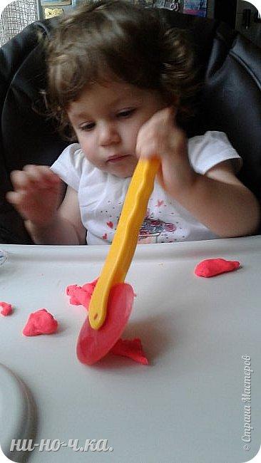 """Здравствуйте, дорогие мастерицы СМ. Сегодня я всетаки выкладываю все то, что мы натворили с малышкой. Ей уже 1 год и 4 месяца... Но мы еще не говорим, только """"мыкаем"""" ))). Но уже могу сказать точно... растет творческий человечек))) Учимся работать с массой для лепки - Плей-до. Я ей помагаю) фото 6"""