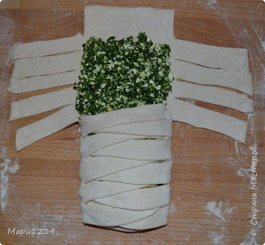 Лист слоеного теста раскатываем, кладем на середину любую начинку и нарезаем такие полоски, чтобы потом их переплести. фото 5