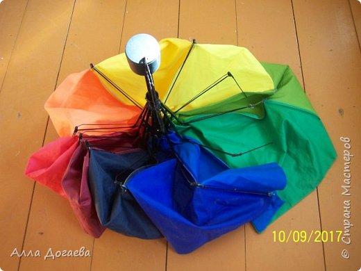 Вот такой зонтик собралась выбросить моя знакомая,потому что у нее он сломался! А мне так понравилась эта цветовая гамма тканей,что забрала я его себе. фото 2