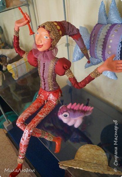 """Всем здравствуйте! 8 марта у нас в Доме культуры проходила выставка авторских кукол художника Колмогоровой Людмилы Юрьевны """"Жили-были куклы...""""  У меня был восторг и я все хотела поделиться своими впечатлениями с вами, но все не до этого было. Вот взялась, выбрала фото, обработала и выставляю репортаж. Фото будет много.  Автор этой выставки моя землячка, она жила и училась в моем поселке, в моей школе, чуть постарше меня. И как многие после школы уехала учиться, вышла замуж и в деревню не вернулась. фото 89"""