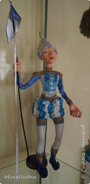 """Всем здравствуйте! 8 марта у нас в Доме культуры проходила выставка авторских кукол художника Колмогоровой Людмилы Юрьевны """"Жили-были куклы...""""  У меня был восторг и я все хотела поделиться своими впечатлениями с вами, но все не до этого было. Вот взялась, выбрала фото, обработала и выставляю репортаж. Фото будет много.  Автор этой выставки моя землячка, она жила и училась в моем поселке, в моей школе, чуть постарше меня. И как многие после школы уехала учиться, вышла замуж и в деревню не вернулась. фото 25"""