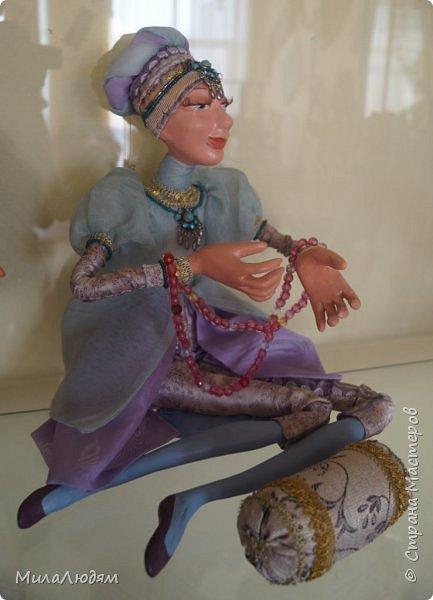 """Всем здравствуйте! 8 марта у нас в Доме культуры проходила выставка авторских кукол художника Колмогоровой Людмилы Юрьевны """"Жили-были куклы...""""  У меня был восторг и я все хотела поделиться своими впечатлениями с вами, но все не до этого было. Вот взялась, выбрала фото, обработала и выставляю репортаж. Фото будет много.  Автор этой выставки моя землячка, она жила и училась в моем поселке, в моей школе, чуть постарше меня. И как многие после школы уехала учиться, вышла замуж и в деревню не вернулась. фото 53"""