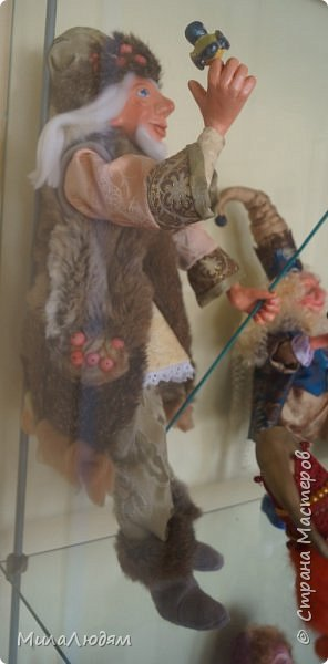 """Всем здравствуйте! 8 марта у нас в Доме культуры проходила выставка авторских кукол художника Колмогоровой Людмилы Юрьевны """"Жили-были куклы...""""  У меня был восторг и я все хотела поделиться своими впечатлениями с вами, но все не до этого было. Вот взялась, выбрала фото, обработала и выставляю репортаж. Фото будет много.  Автор этой выставки моя землячка, она жила и училась в моем поселке, в моей школе, чуть постарше меня. И как многие после школы уехала учиться, вышла замуж и в деревню не вернулась. фото 66"""