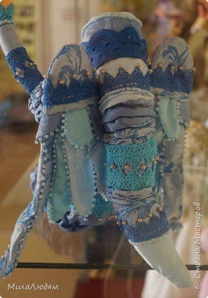 """Всем здравствуйте! 8 марта у нас в Доме культуры проходила выставка авторских кукол художника Колмогоровой Людмилы Юрьевны """"Жили-были куклы...""""  У меня был восторг и я все хотела поделиться своими впечатлениями с вами, но все не до этого было. Вот взялась, выбрала фото, обработала и выставляю репортаж. Фото будет много.  Автор этой выставки моя землячка, она жила и училась в моем поселке, в моей школе, чуть постарше меня. И как многие после школы уехала учиться, вышла замуж и в деревню не вернулась. фото 23"""