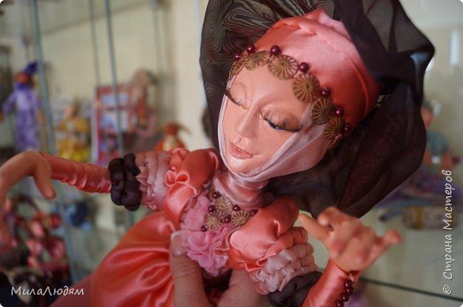 """Всем здравствуйте! 8 марта у нас в Доме культуры проходила выставка авторских кукол художника Колмогоровой Людмилы Юрьевны """"Жили-были куклы...""""  У меня был восторг и я все хотела поделиться своими впечатлениями с вами, но все не до этого было. Вот взялась, выбрала фото, обработала и выставляю репортаж. Фото будет много.  Автор этой выставки моя землячка, она жила и училась в моем поселке, в моей школе, чуть постарше меня. И как многие после школы уехала учиться, вышла замуж и в деревню не вернулась. фото 33"""