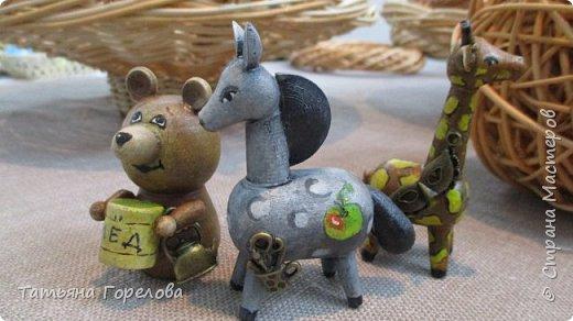 """Покупаю чистые (""""белье"""") заготовки деревянных игрушек, изготовленных на токарных станках мастерами из сельских глубинок. Заинтересовалась, увидев, что здесь поработал искуссный художник-дизайнер.  А дело было перед Нижегородской ярмаркой """" АРТ  РОССИЯ -2017"""".О ней я расскажу позднее. Ну и ... понеслось. Раскрашивала их акрилом, лачила и задекорировала каждую, приклеив металлические подвески. Размер игрушек в среднем 4х6 см. фото 4"""
