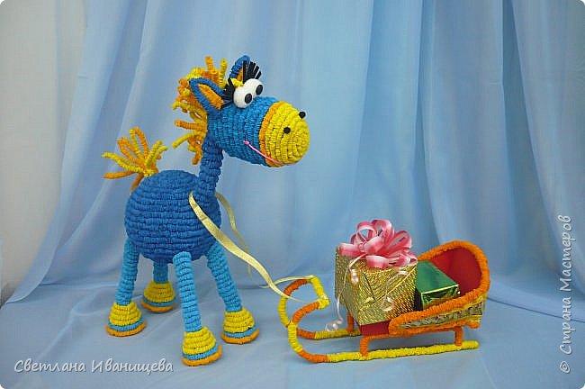 Не за горами Новый год.  Предлагаем вам  для новогоднего оформления смастерить замечательного жеребенка, ведь Деду Морозу обязательно нужен помощник для транспортировки подарков и передвижения по стране. фото 1