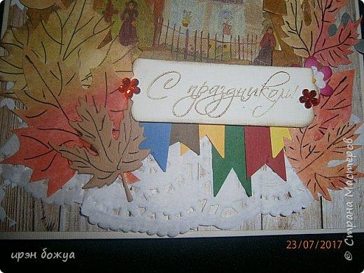 На день пожилого человека заказали открытку, чтобы вручить бабушке. В работе использованы самодельные листья. Сначала сделала фон из осенних цветов (желтый,оранжевый,красный). Затем по шаблону вырезала листья. Гелевой ручкой прорисовала жилки. Некоторые листья позолотила, некоторые края затонировала. Из остатков картона я всегда нарезаю флажки разных размеров и цветов, и складываю в коробочку,а затем использую в своих работах. По центру готовый рисунок из журнала, по краю рисунка пришита рафия. фото 3