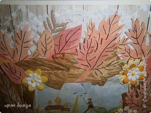 На день пожилого человека заказали открытку, чтобы вручить бабушке. В работе использованы самодельные листья. Сначала сделала фон из осенних цветов (желтый,оранжевый,красный). Затем по шаблону вырезала листья. Гелевой ручкой прорисовала жилки. Некоторые листья позолотила, некоторые края затонировала. Из остатков картона я всегда нарезаю флажки разных размеров и цветов, и складываю в коробочку,а затем использую в своих работах. По центру готовый рисунок из журнала, по краю рисунка пришита рафия. фото 4