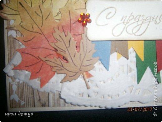 На день пожилого человека заказали открытку, чтобы вручить бабушке. В работе использованы самодельные листья. Сначала сделала фон из осенних цветов (желтый,оранжевый,красный). Затем по шаблону вырезала листья. Гелевой ручкой прорисовала жилки. Некоторые листья позолотила, некоторые края затонировала. Из остатков картона я всегда нарезаю флажки разных размеров и цветов, и складываю в коробочку,а затем использую в своих работах. По центру готовый рисунок из журнала, по краю рисунка пришита рафия. фото 6