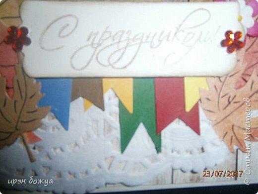 На день пожилого человека заказали открытку, чтобы вручить бабушке. В работе использованы самодельные листья. Сначала сделала фон из осенних цветов (желтый,оранжевый,красный). Затем по шаблону вырезала листья. Гелевой ручкой прорисовала жилки. Некоторые листья позолотила, некоторые края затонировала. Из остатков картона я всегда нарезаю флажки разных размеров и цветов, и складываю в коробочку,а затем использую в своих работах. По центру готовый рисунок из журнала, по краю рисунка пришита рафия. фото 7