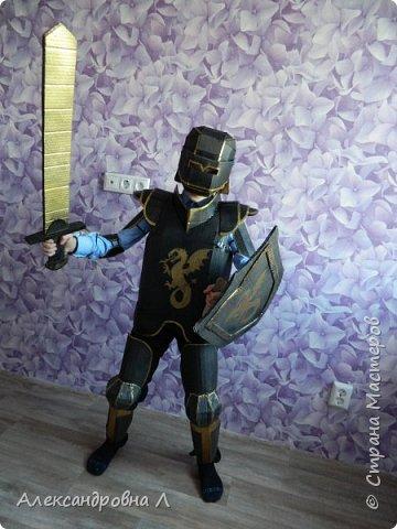ох давненько ничего не выкладывала Хочется поделится новой своей работой, которую я конечно ж делала наспех.  В школе конкурс костюм из бросового материала. Ну что можно сделать?... Какой костюм... богатырь.. рыцарь.. пират.. и еще много кого, а из чего? пластиковые бутылки, картон, пленка. Сперва хотела сделать костюм богатыря, но поразмыслив что нужны бутылки и много времени, которого к сожалению не много было решено сделать костюм рыцаря из картона. Пошарив по интернету нашла замечательный костюмчик: https://pikabu.ru/story/ryitsar_kartonnoy_korobki_490.. Вот и постаралась по образу и подобию повторить и вот что из этого получилось: фото 1