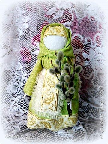 """Кукла """"ВЕРБНИЦА"""" — одна из весенних обрядовых славянских кукол. Верба — древний символ возрождения природы, она первая оживает после зимы и воплощает энергию пробуждающейся Весны, энергию жизни, роста. Вербницу делали для праздника, подарка или для игр детям.  Кукла Вербная бытовала в Калужской губернии. Изначально её давали с собой детям, которых мать посылала детей в лес за веточками вербы на праздник Вербохлест (позже — Вербное воскресенье). Дети несли куклу и вербу вместе; считалось, что куколка помогает детям, оберегает их и показывает дорогу домой.  Потом в ручки куколки вставляли освящённые веточки вербы и таким образом хранили их. Какое-то время дети играли ей, а после убирали в свой сундучок или разбирали. Одежду от разобранной куклы убирали и применяли для лечения или надевали её на другую куклу, и тогда магическая сила новой куклы усиливалась.   фото 1"""