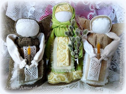 """Кукла """"ВЕРБНИЦА"""" — одна из весенних обрядовых славянских кукол. Верба — древний символ возрождения природы, она первая оживает после зимы и воплощает энергию пробуждающейся Весны, энергию жизни, роста. Вербницу делали для праздника, подарка или для игр детям.  Кукла Вербная бытовала в Калужской губернии. Изначально её давали с собой детям, которых мать посылала детей в лес за веточками вербы на праздник Вербохлест (позже — Вербное воскресенье). Дети несли куклу и вербу вместе; считалось, что куколка помогает детям, оберегает их и показывает дорогу домой.  Потом в ручки куколки вставляли освящённые веточки вербы и таким образом хранили их. Какое-то время дети играли ей, а после убирали в свой сундучок или разбирали. Одежду от разобранной куклы убирали и применяли для лечения или надевали её на другую куклу, и тогда магическая сила новой куклы усиливалась.   фото 2"""