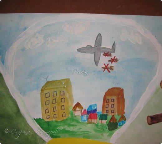 """Всем огромной приветик! Представляю мою первую стенгазету, которую я нарисовала на школьный конкурс. Плакат называется """"Мы за мир"""" На голубом фоне ромашка. Нарисовала на ватмане А1. Использовала акварельные краски, гуашь, акриловые краски, фломастеры и карандаши.  На лепестках всё что угрожает мирной жизни на земле.  фото 3"""