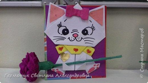 """Ко Дню Матери на уроке трудового обучения ( 14 октября) с  ребятами  3 """"А"""" класса сделали  открытки милым мамочкам.Идею  изготовления котенка -  оригами взяли  из Интернета, а украшали - каждый  на свой вкус Мальчишки  котенку надели цилиндр , а девочки - кошечкам завязали  бантики,в лапки - розы. фото 2"""