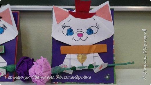 """Ко Дню Матери на уроке трудового обучения ( 14 октября) с  ребятами  3 """"А"""" класса сделали  открытки милым мамочкам.Идею  изготовления котенка -  оригами взяли  из Интернета, а украшали - каждый  на свой вкус Мальчишки  котенку надели цилиндр , а девочки - кошечкам завязали  бантики,в лапки - розы. фото 4"""