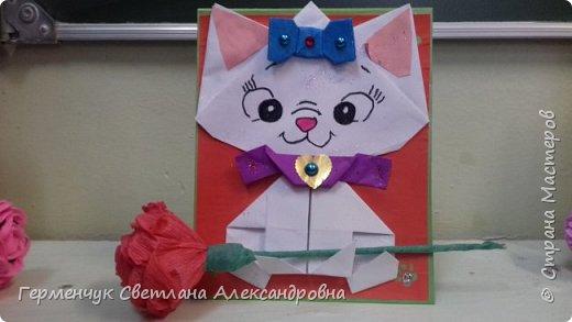 """Ко Дню Матери на уроке трудового обучения ( 14 октября) с  ребятами  3 """"А"""" класса сделали  открытки милым мамочкам.Идею  изготовления котенка -  оригами взяли  из Интернета, а украшали - каждый  на свой вкус Мальчишки  котенку надели цилиндр , а девочки - кошечкам завязали  бантики,в лапки - розы. фото 8"""