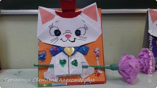 """Ко Дню Матери на уроке трудового обучения ( 14 октября) с  ребятами  3 """"А"""" класса сделали  открытки милым мамочкам.Идею  изготовления котенка -  оригами взяли  из Интернета, а украшали - каждый  на свой вкус Мальчишки  котенку надели цилиндр , а девочки - кошечкам завязали  бантики,в лапки - розы. фото 9"""