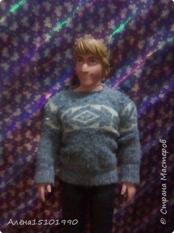Здравствуйте дорогие Мастера.  У нас накопилось немного одежки для кукляшек. Первая-кофточка для Кристоффа. Кристофф-ледоруб,он простой и не любит фоткаться. Говорит,у тебя же есть Гена-он красавчик-его фоткай. Только Анна может его уговорить.   фото 1