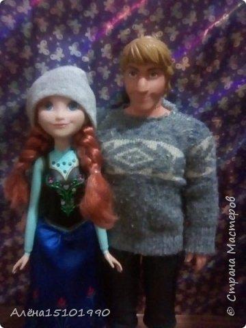 Здравствуйте дорогие Мастера.  У нас накопилось немного одежки для кукляшек. Первая-кофточка для Кристоффа. Кристофф-ледоруб,он простой и не любит фоткаться. Говорит,у тебя же есть Гена-он красавчик-его фоткай. Только Анна может его уговорить.   фото 2