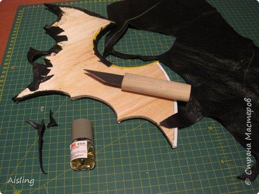 """""""Крадущийся в ночи""""  Редкий ночной нетопырь, Размах крыльев около 40 сантиметров. Вес - около килограмма. Миловидный, но коварный и опасный!   Материалы: 1) фанера толщиной 4 мм  (для основы) 2) куски чёрной кожи - для внешней стороны зверушки 3) любая ткань - для внутренней отделки, и небольших внешних элементов 4) глаза - красный фетр 5) перепонки в крыльях - палочки от китайской лапши и трубочки от воздушных шариков 6) нос - перламутровая пуговка с двумя дырками 7) лапки - две ложки из БаскинРобинса, (потом заменены на лапки, вырезанные из старого ремня) 8) пузико - кусок серого поролона, обтянутый тканью 9) пузико крепится двумя болтами от ремня. 10) для соединения всего, нужны ещё несколько болтов и гаек. 11) для украшения крыльев - звёздочки с гвоздиками, оставшиеся от какой-то аппликации 12) бантик. 13) крепление с кольцом, чтобы вешать на стену + два шурупа к нему  инструменты: 1) лобзик  2) клеевой пистолет 3) нож, ножницы и скальпель (для кожи и ткани) 4) молоток и пинцет 5) клей, типа """"момент"""" и типа """"суперклей"""" 6) шуруповёрт  +  перчатки и пылесос! фото 7"""