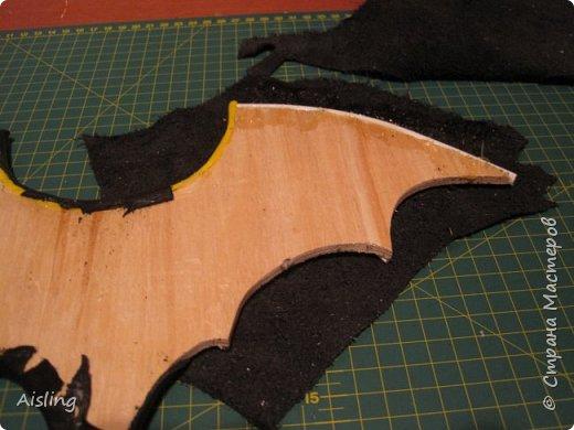 """""""Крадущийся в ночи""""  Редкий ночной нетопырь, Размах крыльев около 40 сантиметров. Вес - около килограмма. Миловидный, но коварный и опасный!   Материалы: 1) фанера толщиной 4 мм  (для основы) 2) куски чёрной кожи - для внешней стороны зверушки 3) любая ткань - для внутренней отделки, и небольших внешних элементов 4) глаза - красный фетр 5) перепонки в крыльях - палочки от китайской лапши и трубочки от воздушных шариков 6) нос - перламутровая пуговка с двумя дырками 7) лапки - две ложки из БаскинРобинса, (потом заменены на лапки, вырезанные из старого ремня) 8) пузико - кусок серого поролона, обтянутый тканью 9) пузико крепится двумя болтами от ремня. 10) для соединения всего, нужны ещё несколько болтов и гаек. 11) для украшения крыльев - звёздочки с гвоздиками, оставшиеся от какой-то аппликации 12) бантик. 13) крепление с кольцом, чтобы вешать на стену + два шурупа к нему  инструменты: 1) лобзик  2) клеевой пистолет 3) нож, ножницы и скальпель (для кожи и ткани) 4) молоток и пинцет 5) клей, типа """"момент"""" и типа """"суперклей"""" 6) шуруповёрт  +  перчатки и пылесос! фото 5"""