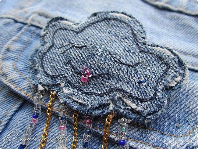 Всем - здравствуйте! Я вам рада! Хочу показать вам джинсовые брошки для мамы и для дочки. Тучка, несущая ласковый дождь, - для дочки. Идею увидела в интернете. Решила вышить личико, чтобы тучка была доброй и нежной. фото 1