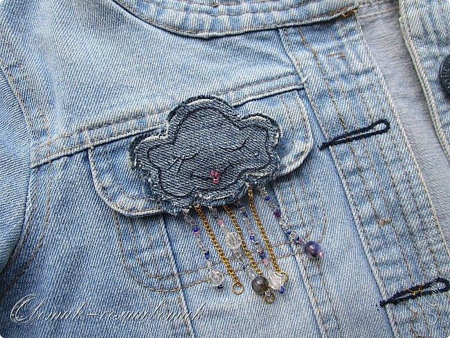 Всем - здравствуйте! Я вам рада! Хочу показать вам джинсовые брошки для мамы и для дочки. Тучка, несущая ласковый дождь, - для дочки. Идею увидела в интернете. Решила вышить личико, чтобы тучка была доброй и нежной. фото 2