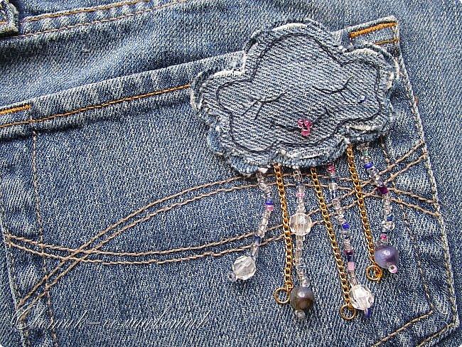 Всем - здравствуйте! Я вам рада! Хочу показать вам джинсовые брошки для мамы и для дочки. Тучка, несущая ласковый дождь, - для дочки. Идею увидела в интернете. Решила вышить личико, чтобы тучка была доброй и нежной. фото 4