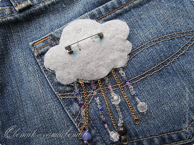 Всем - здравствуйте! Я вам рада! Хочу показать вам джинсовые брошки для мамы и для дочки. Тучка, несущая ласковый дождь, - для дочки. Идею увидела в интернете. Решила вышить личико, чтобы тучка была доброй и нежной. фото 5