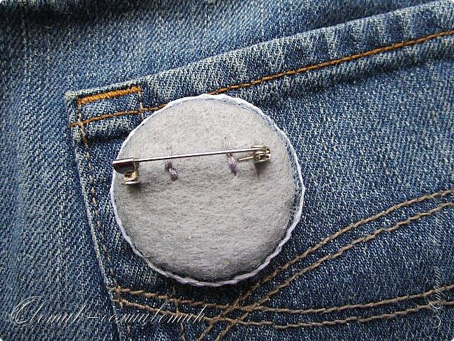 Всем - здравствуйте! Я вам рада! Хочу показать вам джинсовые брошки для мамы и для дочки. Тучка, несущая ласковый дождь, - для дочки. Идею увидела в интернете. Решила вышить личико, чтобы тучка была доброй и нежной. фото 10
