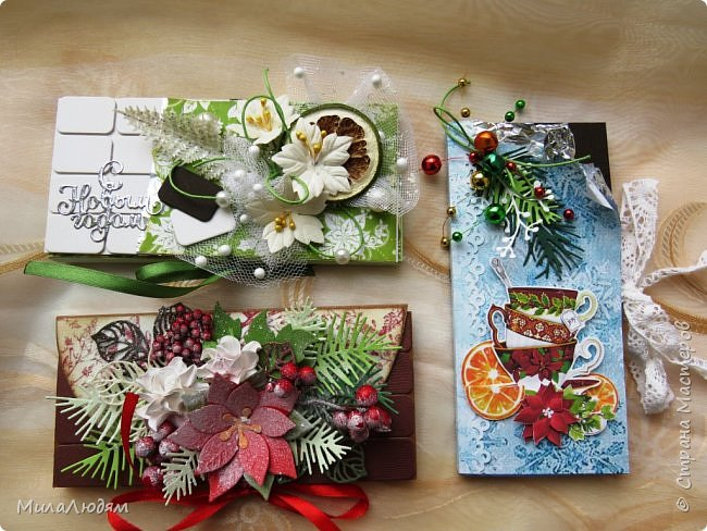 """Люди добрые, простите меня, что не умею загружать мало фото, и мучаю вас большим количеством. Сегодня я к вас со своими первыми шоколадницами созданными для  II ЭТАП """"Открытка-шоколадница""""   http://blog.agiart.ru/2017/10/2.html ТЕМА - Новый год, Рождество, зима ФОРМА - открытка-упаковка для шоколада ОЭ (обязательный элемент) - цвет и фактура плитки шоколада фото 1"""