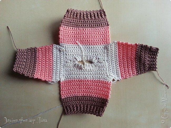 Помнится, как-то я обещала поделиться опытом и схемами/узорами для вязания кукольной одежды (да-да, я об этом вовсе не забыла!). И вот, наконец, этот миг настал.)))) Поскольку начинать с чего-то мегасложного совсем не хочется, да и погода на дворе соответствующая (в англоязычном мире её называют sweater weather - погода свитеров))), я предлагаю связать простой свитер с маленькой изюминкой - свитер будет трёхцветный.))) фото 37