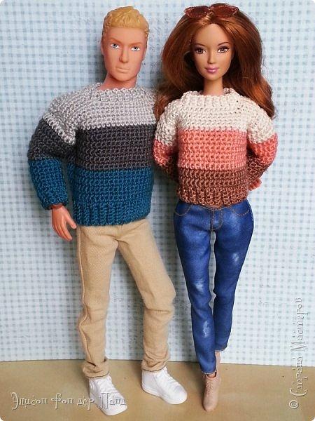 Помнится, как-то я обещала поделиться опытом и схемами/узорами для вязания кукольной одежды (да-да, я об этом вовсе не забыла!). И вот, наконец, этот миг настал.)))) Поскольку начинать с чего-то мегасложного совсем не хочется, да и погода на дворе соответствующая (в англоязычном мире её называют sweater weather - погода свитеров))), я предлагаю связать простой свитер с маленькой изюминкой - свитер будет трёхцветный.))) фото 41