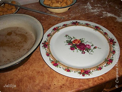 Приветствую кулинаров Страны мастеров, ко мне заглянувших! Предлагаю вам ещё одно изделие из теста. Этот мой десерт - мой вариант татарского национального блюда чак -чак. Настоящий татарский чак-чак намного мельче и обливается мёдом. Но каждая хозяйка делает его  по-своему, как учили мамы-бабушки, у кого какой  опыт кулинарный. И даже составляющие иногда разнятся. Я предлагаю свой вариант. У меня осень состоит из целой череды дней рождения, моих родных и моих друзей-знакомых. Если к друзьям идёшь на всё готовенькое-вкусненькое, для родных приходится потрудиться. 14 октября день рождения моей сестры. Этот чак-чак на её праздничный стол. фото 23
