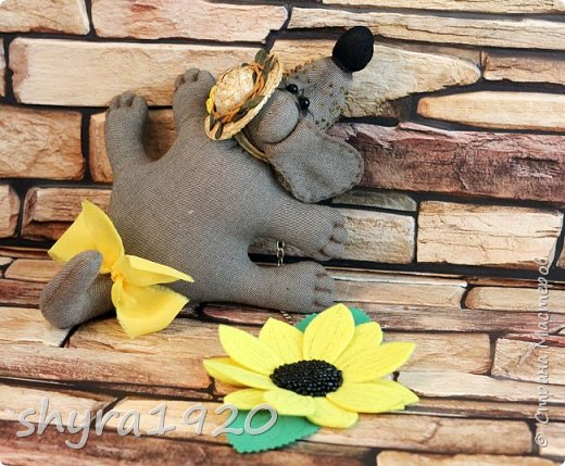 Преданность  Твоя собака молчит, не лает. Не признается в своей любви. Тихонько след твой из луж лакает, И мордой трется о сапоги.  Твоя собака в углу ютится, и греет коврик своей спиной. Она готова со всем мириться за счастье рядом дышать с тобой.  Автор: Майя Кузнецова фото 4