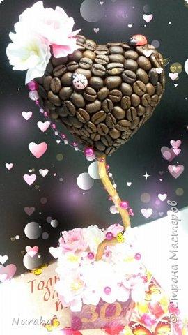 И снова здравствуйте!) На очереди всеми любимый кофе) Объемное сердце, топиарий украшен нежными цветами и бусами.  Ну и букашечками)) куда же без них?)))) фото 1