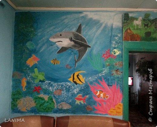 продолжение морской темы на кухне,в прошлом году нарисовала дельфина,небольшого размера,теперь вот поселила акулу с рыбёшками. этот рисунок немножко большего размера чем дельфин. фото 2