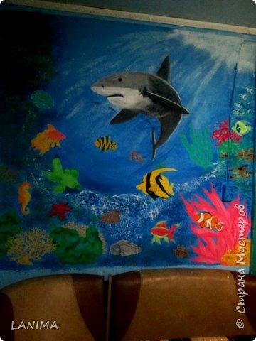 продолжение морской темы на кухне,в прошлом году нарисовала дельфина,небольшого размера,теперь вот поселила акулу с рыбёшками. этот рисунок немножко большего размера чем дельфин. фото 3
