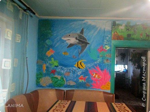 продолжение морской темы на кухне,в прошлом году нарисовала дельфина,небольшого размера,теперь вот поселила акулу с рыбёшками. этот рисунок немножко большего размера чем дельфин. фото 1