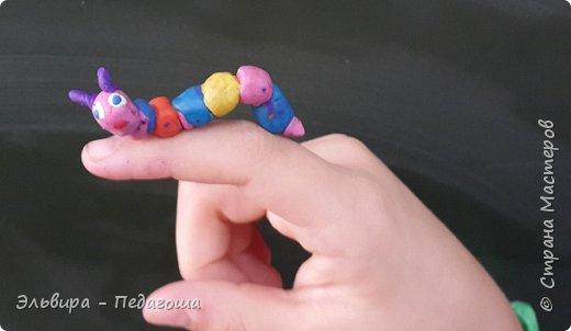 Осваиваем с первоклашками пластилин. Из шариков получились разноцветные гусенички. фото 6