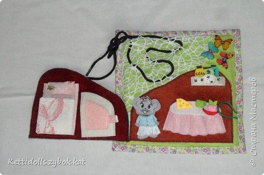 Развивающий планшет Мышкин домик +шнуровка, в домике спальня и столовая, в спальне кровать и шкаф, в столовой стол, сверху сетка-паутинка для шнуровки, домик закрывается на пуговку и петельку фото 2