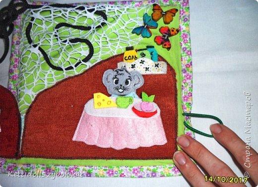 Развивающий планшет Мышкин домик +шнуровка, в домике спальня и столовая, в спальне кровать и шкаф, в столовой стол, сверху сетка-паутинка для шнуровки, домик закрывается на пуговку и петельку фото 6