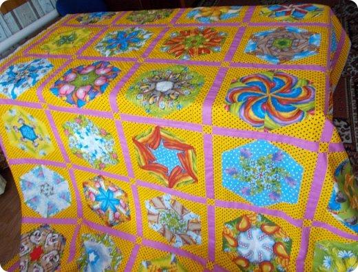 """Начну сегодняшний показ со свежей работы, это двухспальное одеяло закончила вчера вечером. Сшила в подарок. Размер получился 195х215 см Это второе одеяло, сшитое мной из блоков """"калейдоскоп"""". Назвала я его """"Одеяло """"Из сказки"""". Почему? фото 7"""